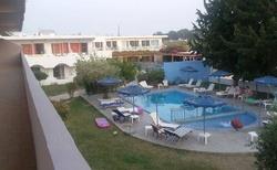 Pohled na bazén z terasy hotelu
