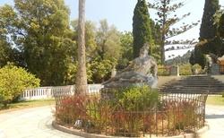 V zahradě Achilleonu