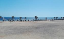 Pohled od hotelu na pláž