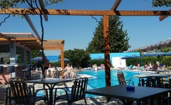 Posezení u baru u bazénu