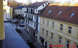 pohled z balkonu do Jiráskovy ulice