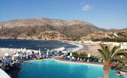 Výhled na bazén a moře od hlavního vchodu.