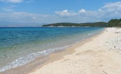 Písčitá pláž s pozvolným vstupem do moře. Na pláž jezdí od hotelu v intervalech autobus.