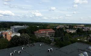 Pohled z hotelového pokoje do okolí