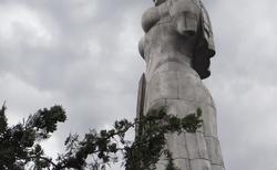 Tbilisi socha Matka Gruzie na kopci nad městem