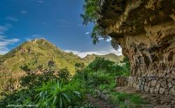 Turistická stezka vedoucí malebnou krajinou severu Tenerife