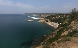 Směrem napravo  je pláž Metalia, vzadu Limenaria