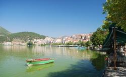 Jezero Kastoria bylo dost zelené