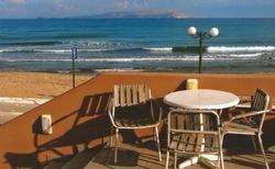 Výhled z baru hotelu - pláž je opravdu kousek