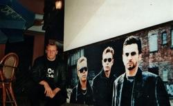 04 depeche mode baar-ještě před vchodem