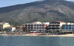 Plavba začíná v Limenarii. Vzadu náš hotel Samaras beach