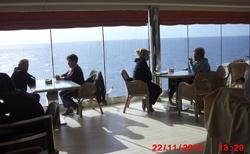 Výhled z kavárny na moře.