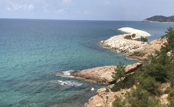 Cestou od Limenarie za pláží metalia jsou k vidění krásné zátoky
