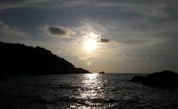 Západ slunce, za kopcem  je pláž Milos