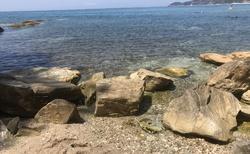Levá strana pláže je krásná, křišťálově čistá voda s kameny a ježky nás okouzlila