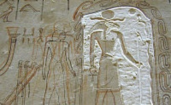 Nedokončené reliéfy v hrobce