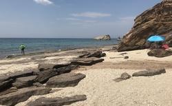 Malá pláž hned za Metalií s kamennými pláty