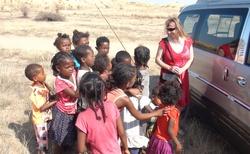 Ilakaka - důl na těžbu safírů - děti čekají na dárky