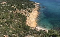 Cestou od zámku v Limenarii narazíte na vyhlídku nad mořem. Odtud jsou překrásné výhledy.