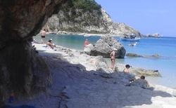 Jeskyně na levé straně pláže
