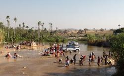 Ilakaka - těžba safírů z řeky Ilakaka