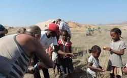 Ilakaka - důl na těžbu safírů - rozdávání dárků